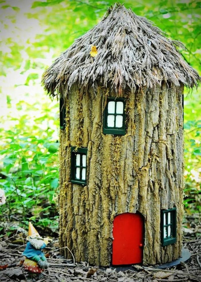 58-deco Disney dans le jardin. Une petite maison a la porte rouge.