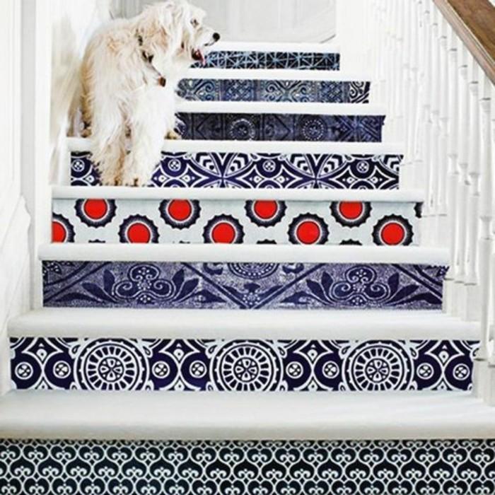 59-Papier peint couloir. Escaliers. Un chien.