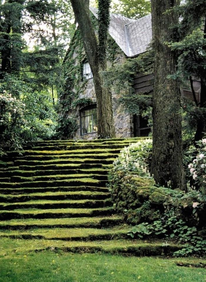 59-deco Disney dans le jardin. Un escalier en verdure.