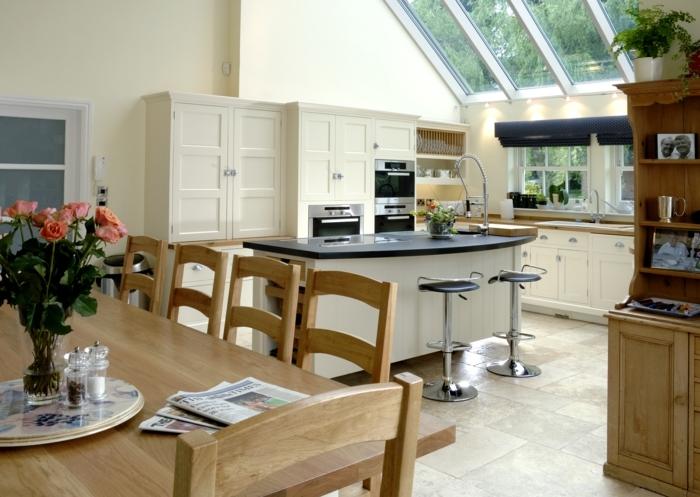 idee-deco-veranda-aménagée-en-cuisine-salle-à-manger-style-traditionnel-mélangé-avec-des-éléments-de-modernité