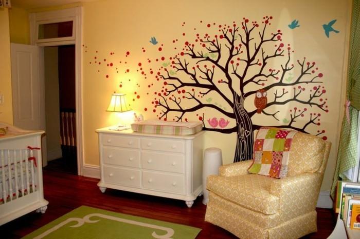peinture-chambre-bébé-qui-va-sûrement-amuser-votre-bébé-belle-couleur-murale-jaune-embelli-d-une-deco-bois-commode-blanc-lit-bébé-blanc-fauteuil