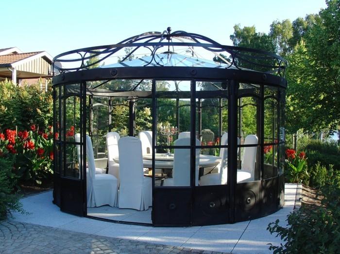 pergola-fer-forgé-vitrée-pergola-qui-abrite-une-salle-à-manger-aménagée-avec-des-meubles-blancs