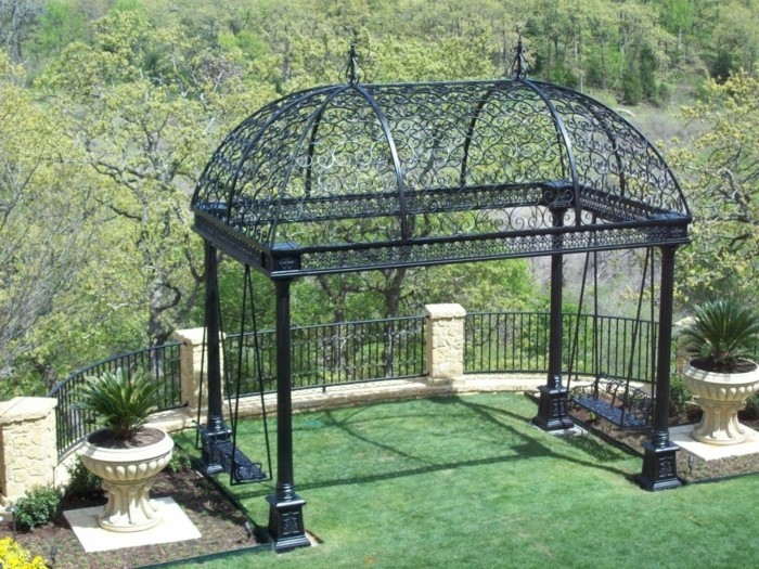pergola-noire-en-fer-forgé-type-gloriette-installée-sur-une-terrasse-une-vue-spectaculaire-sur-un-paysage-forestier