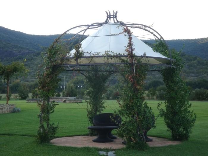 un-formidable-espace-de-repos-installé-au-milieu-d-un-jardin-somptueuse-gloriette-remarquable-envahie-par-la-végétation-rampante