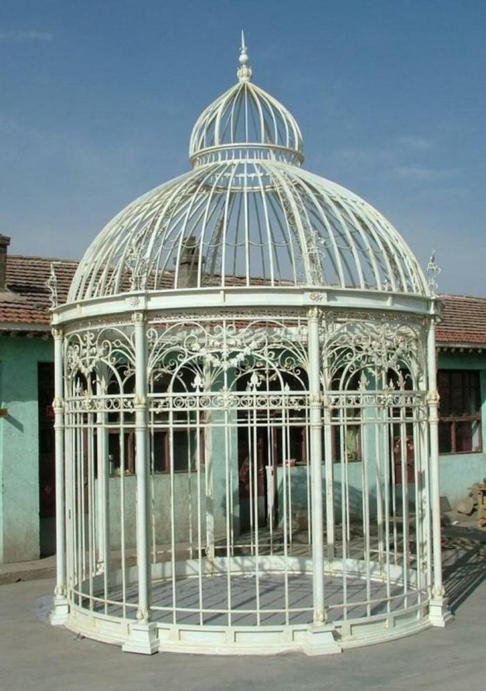une-très-jolie-gloriette-en-fer-forgé-design-raffiné-pergola-moderne-qui-reseemble-à-un-cage-d-oiseau-inspiration-victorienne
