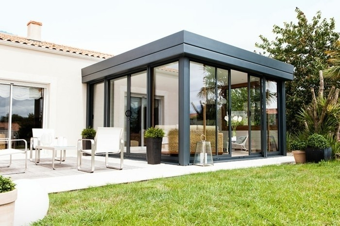 veranda-rideau-modele-de-veranda-à-très-grande-isolation-thermique-toiture-en-bois-parois-laterales-an-aluminium