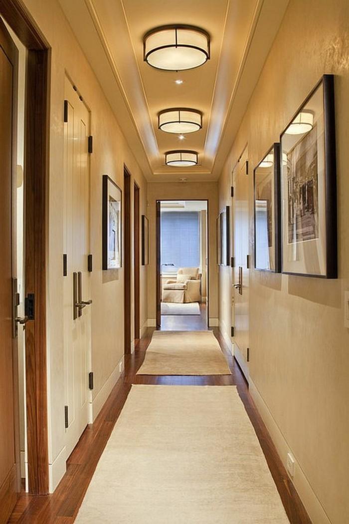 61-Papier peint couloir de couleur blanche. Tableaux.