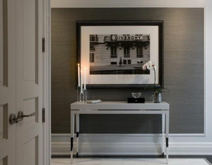 64-Papier peint couloir gris. Une table blanche