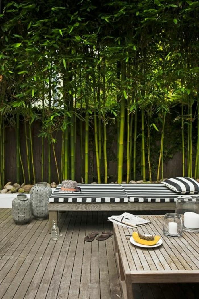 65-Mur de cloture. Une table. Un lit. Des arbres.