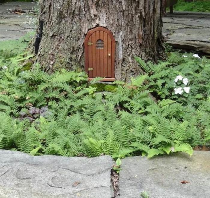 65-deco Disney dans le jardin. Une petite porte dans un arbre.