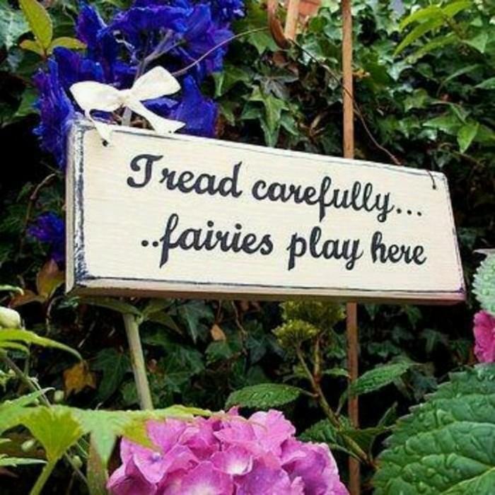 67-deco Disney dans le jardin. Une inscription.