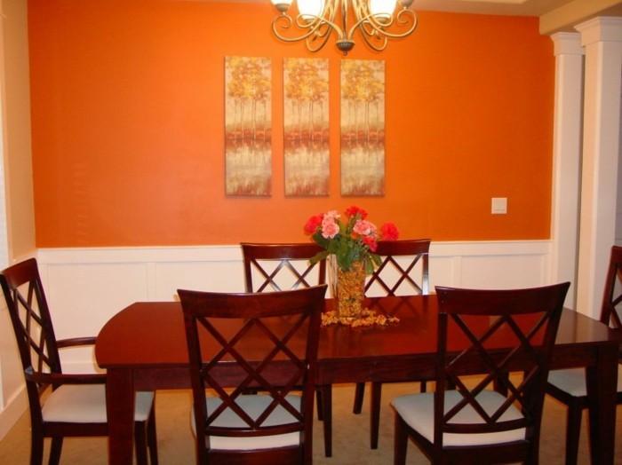 deco-salle-a-manger-orange-jolies-panneaux-décoratifs-accrochés-sur-le-mur-table-et-chaises-en-bois