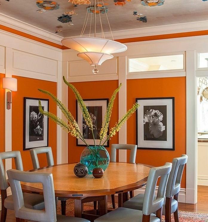 decoration-salle-a-manger-orange-chaises-en-bois-siège-gris-table-en-bois-marron-idee-intéressante-deco-plafond