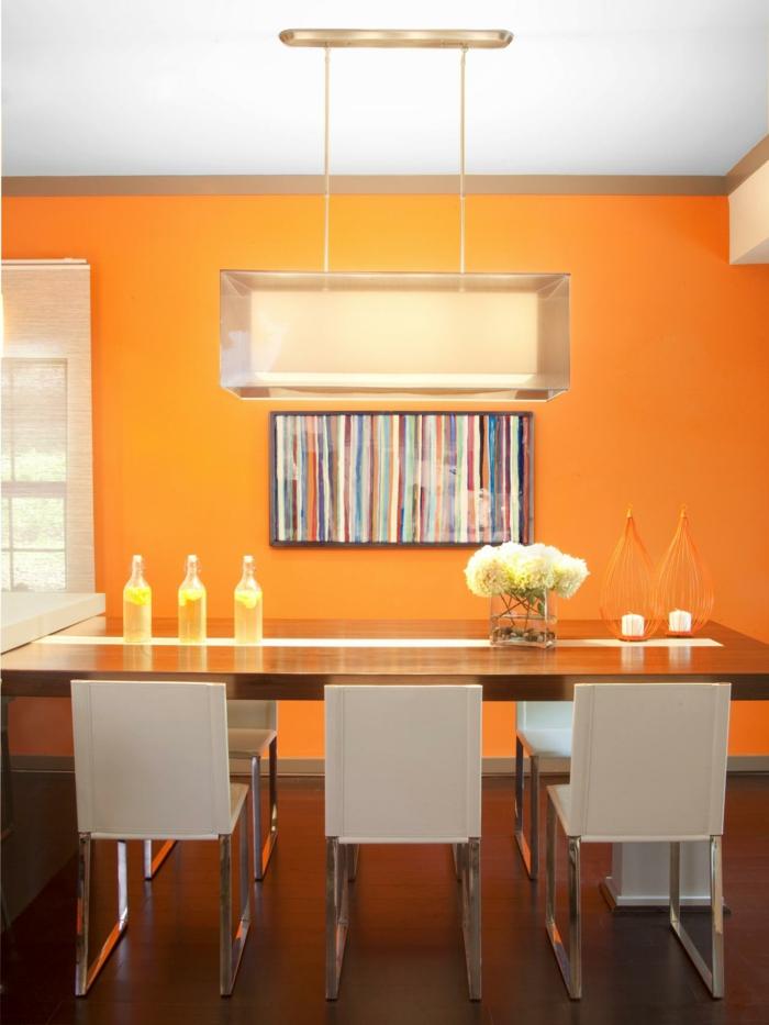 jolie-peinture-salle-à-manger-orange-chaises-blancs-table-en-bois-luminaire-moderne-la-déco-parfaite-pour-votre-salle-à-manger-contemporaine