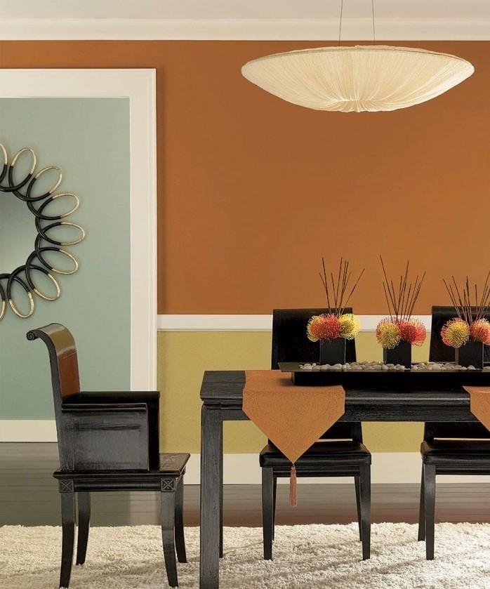 peinture-salle-à-manger-orange-table-et-chaises-en-bois-tapis-blanc-un-élément-déco-original