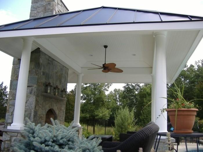 pergola-moderne-en-PVC-qui-abrite-une-petite-piscine-colonnes-très-jolies-style-majestueux