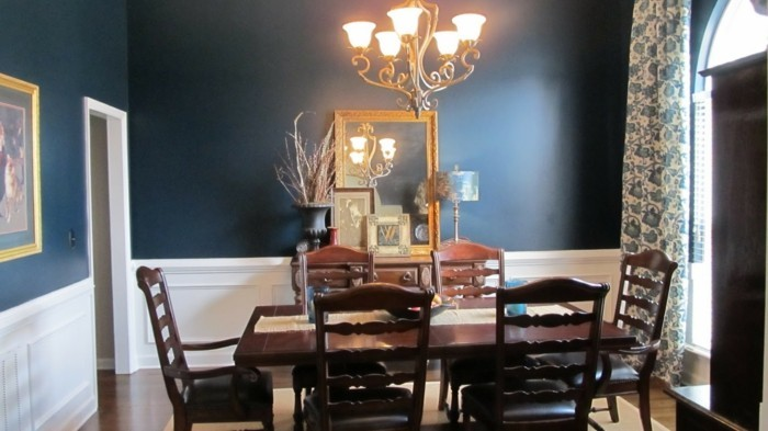 élégante-deco-salle-a-manger-bleue-table-et-chaises-en-bois-lustre-somptueux-miroir-vintage