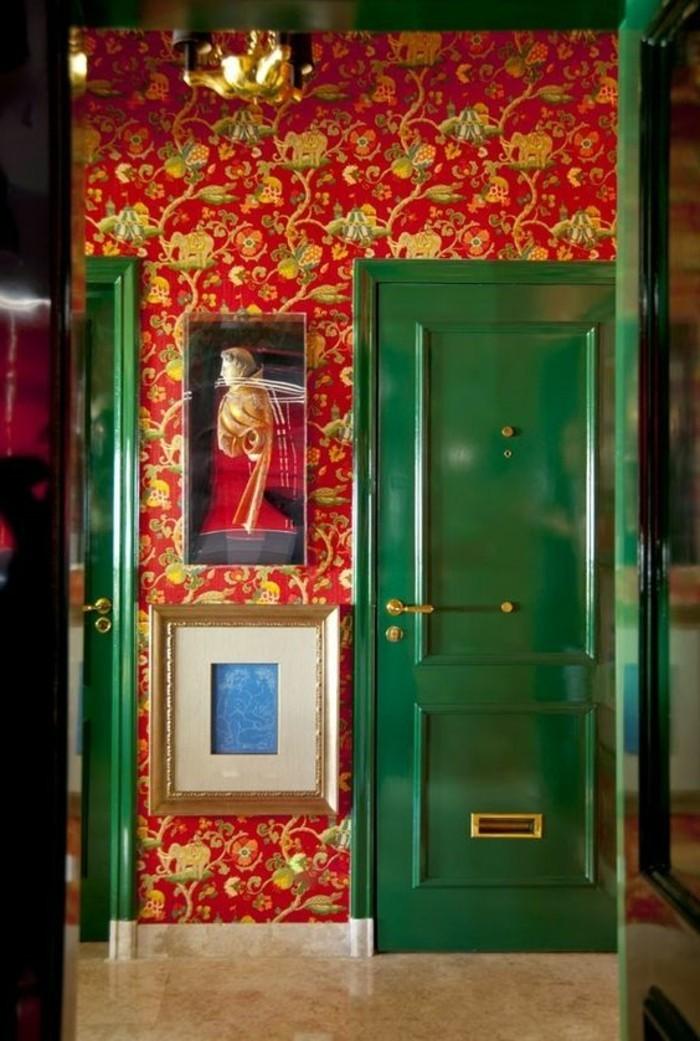 72-Papier peint couloir en rouge et en vert