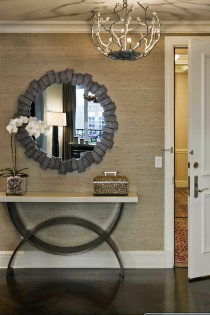 76-Papier peint couloir. Un miroir. Porte entreouverte.