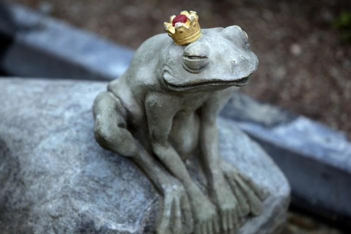 78-decoration Disney dans le jardin. Une grenouille a la couronne.
