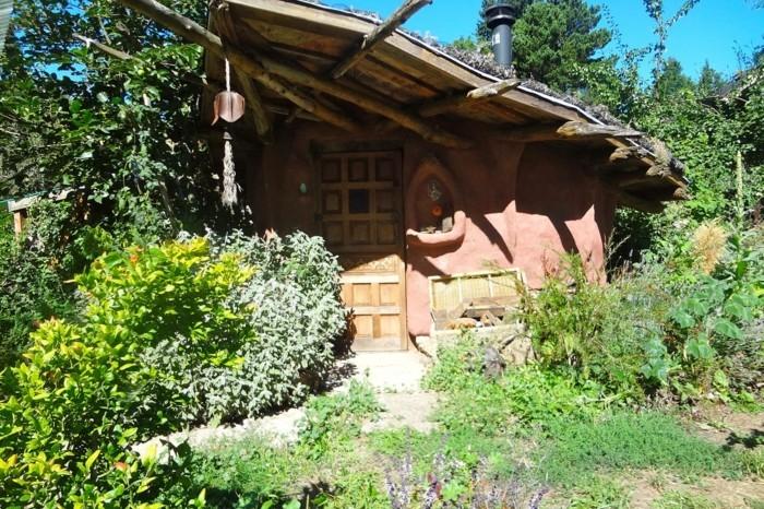 79-deco Disney dans le jardin. Une maison.