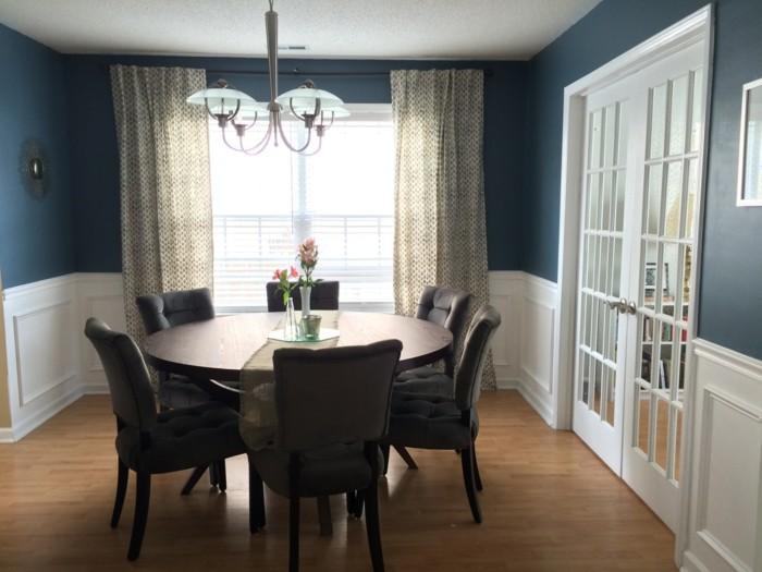 couleur-peinture-salle-à-manger-bleue-chaises-et-table-marron-rideaux-légers