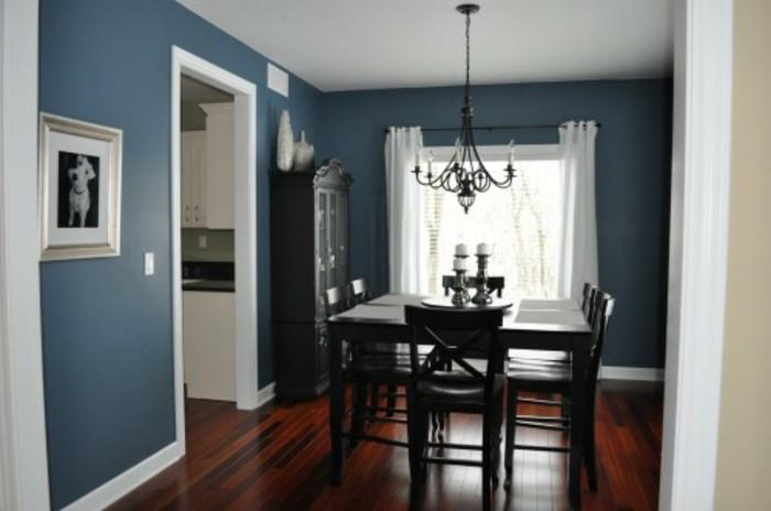 deco-salle-a-manger-bleue-aménagée-avec-des-meubles-noirs