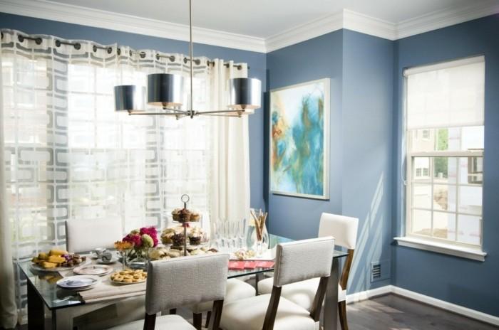 deco-salle-a-manger-bleue-extraordinaire-table-en-verre-et-bois-chaises-revêtement-blanc