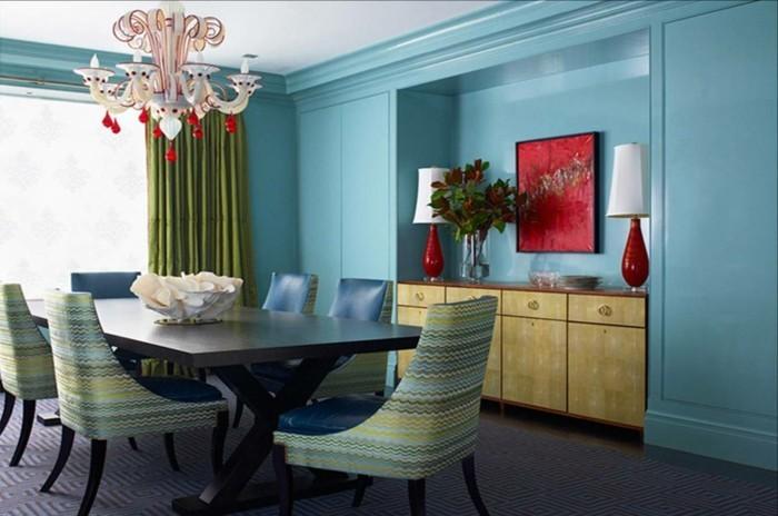 decoration-salle-a-manger-bleue-chaises-bleues-à-joli-dessin-table-en-bois-massive-rideau-vert