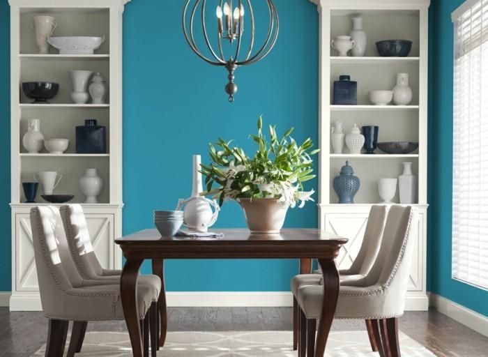 decoration-salle-a-manger-bleue-table-en-bois-chaises-en-bois-tapisserie-blanche-table-en-bois-décor-exotique