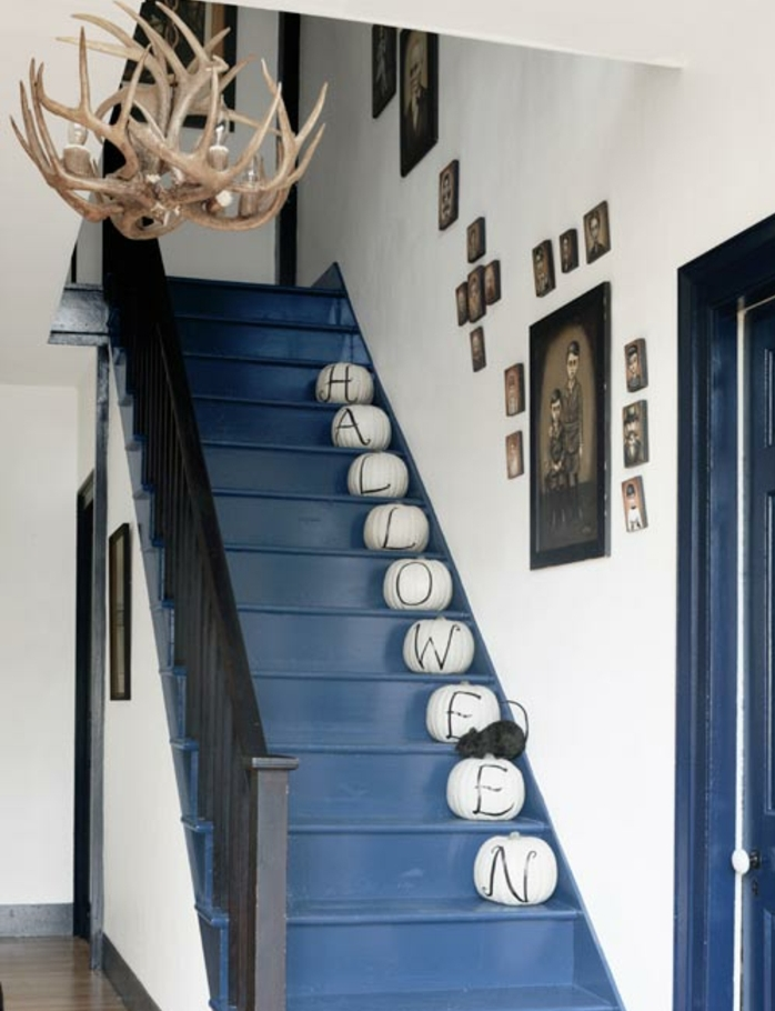 idee-deco-escalier-sur-le-theme-halloween-déco-murale-obetjs-deco-posés-sur-les-escaliers