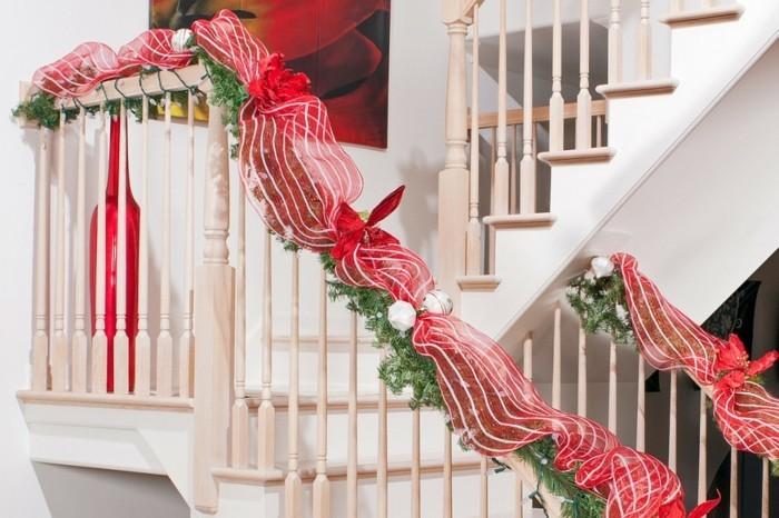 idee-deco-escalier-theme-Noel-escalier-en-bois-deco-simple-et-esthétique