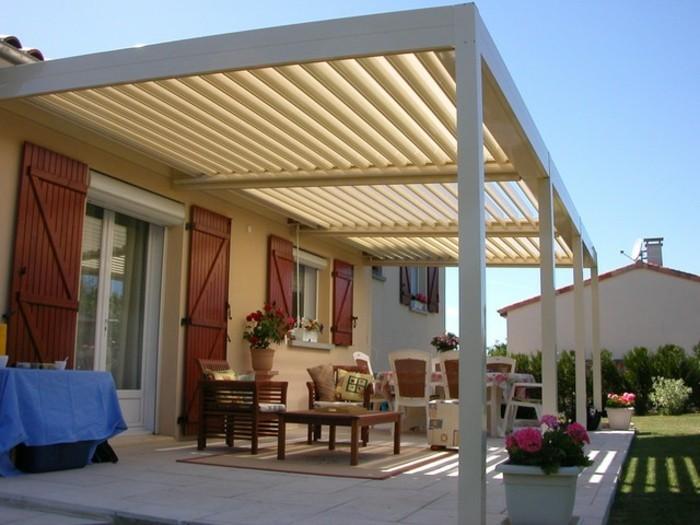 magnifique-modele-pergola-bioclimatique-blanche-qui-abrite-un-espace-détente-loisir-maison-style-rustique