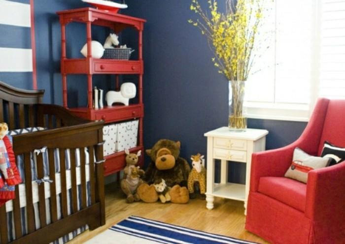 peinture-chambre-bébé-en-bleu-foncé-avec-des-accents-rouges-un-lit-à-barreaux-en-bois-une-étagère-rouge