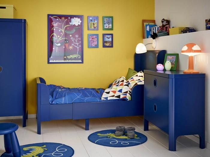 peinture-chambre-enfant-en-blanc-et-jaune-meubles-en-bleu-foncé-qui-créent-un-contraste-intéressant