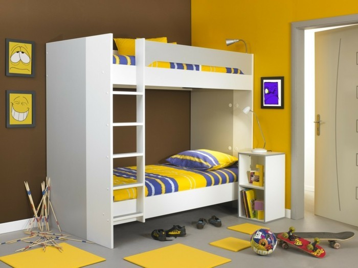 peinture-chambre-enfant-murs-en-jaune-et-marron-lits-supersposés-blancs-avec-des-couvertures-jaunes