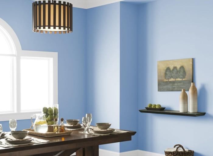 peinture-salle-à-manger-couleur-bleue-douce-table-en-bois-ambiance-accuueillante