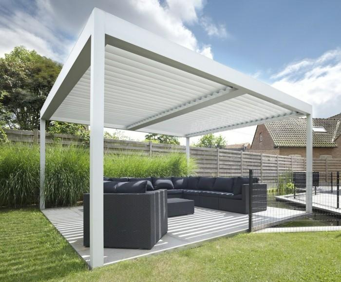 pergola-bioclimatique-style-sobre-en-blanc-qui-abrite-des-meubles-noirs-destinés-à-assurer-un-maximum-de-confort