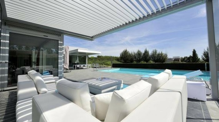 pergola-moderne-bioclimatique-adossée-à-une-maison-style-contemporain-luxueux