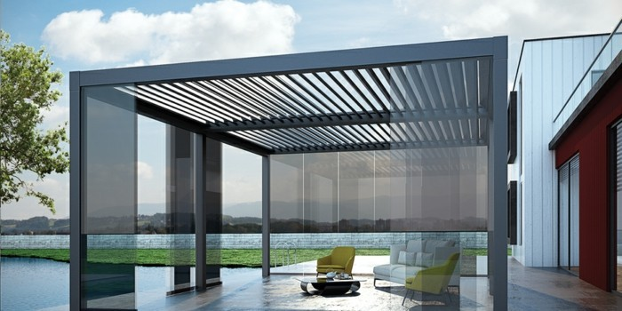 pergola-moderne-bioclimatique-noire-vitrage-modele-de-pergola-magnifique-qui-abrite-deux-fauteuils-jaunes-un-canapé-blanc-et-une-table-basse