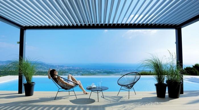 superbe-suggestion-pergola-bioclimatique-installée-près-d-une-piscine-paysage-sobre