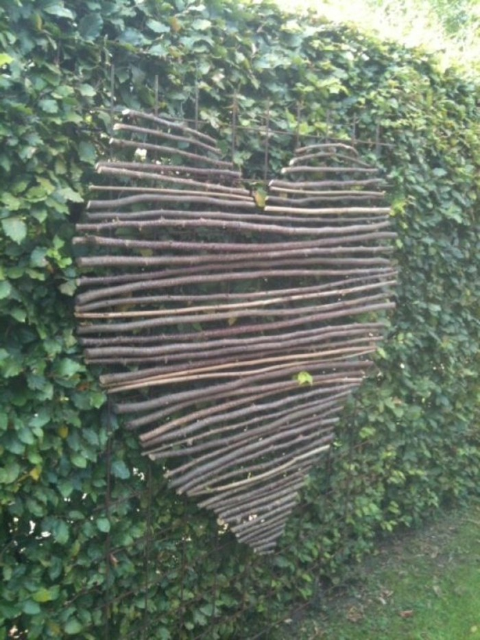 81-Murs de cloture. Un coeur de bois.