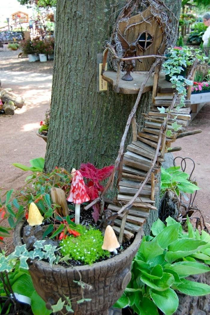 82-deco Disney dans le jardin. Petit escalier en bois.