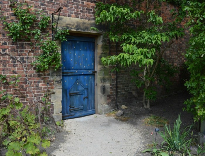 84-deco Disney dans le jardin. Porte bleue.