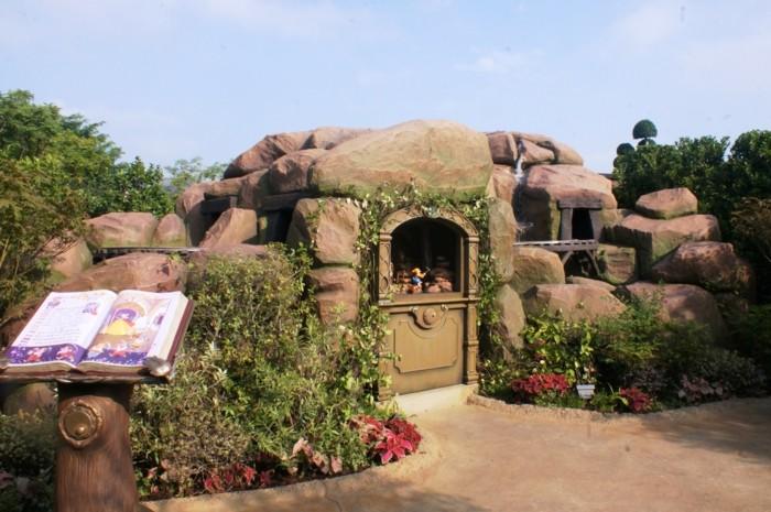 85-deco Disney dans le jardin. Maison de pierre.