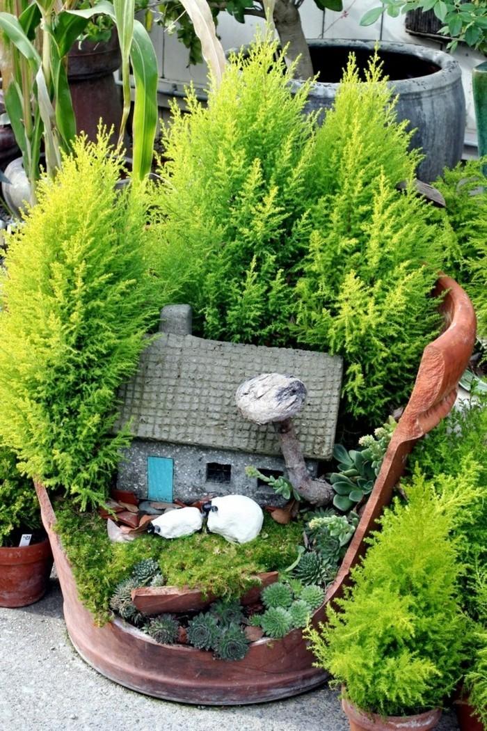 86-deco Disney dans le jardin. Petite maison dans un pot de buisson.