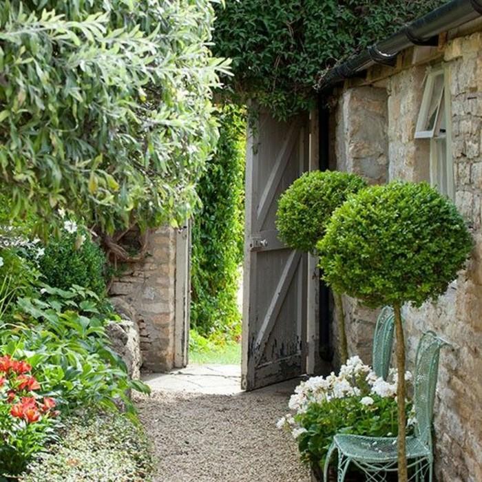 88-Murs de cloture. Verdure. Fleurs.