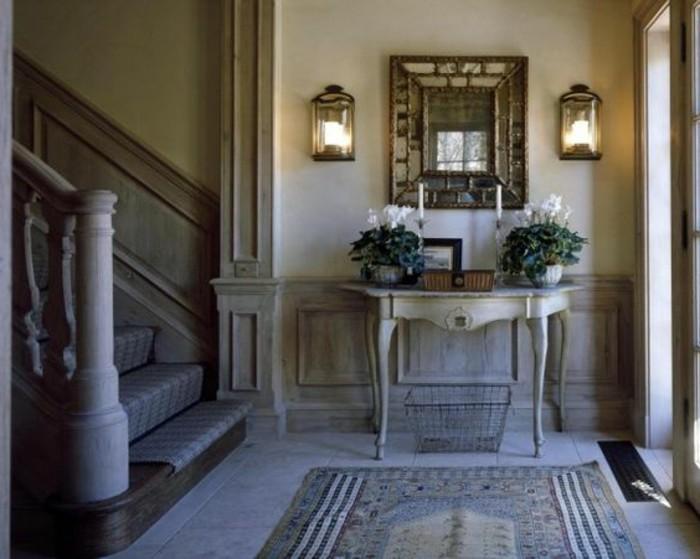 88-Tapisserie couloir. Deux lampes. Un miroir. Une table.