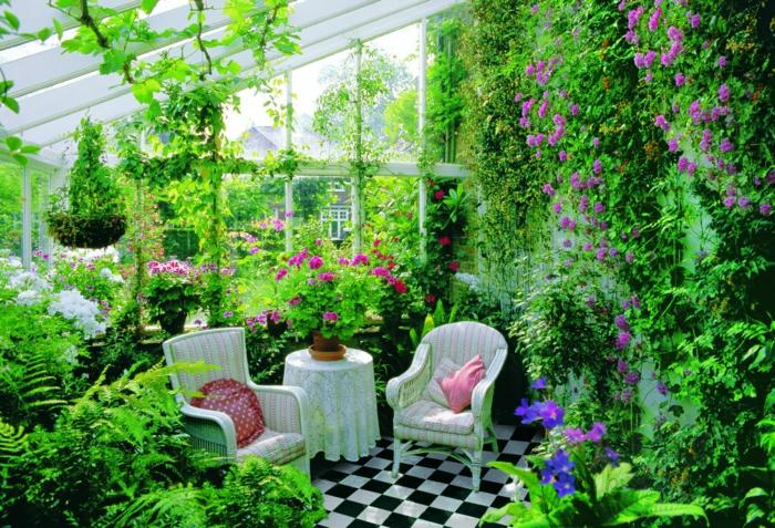 amenagement-veranda-superbe-veranda-plongée-dans-la-verdure-nappe-et-chaises-vintage