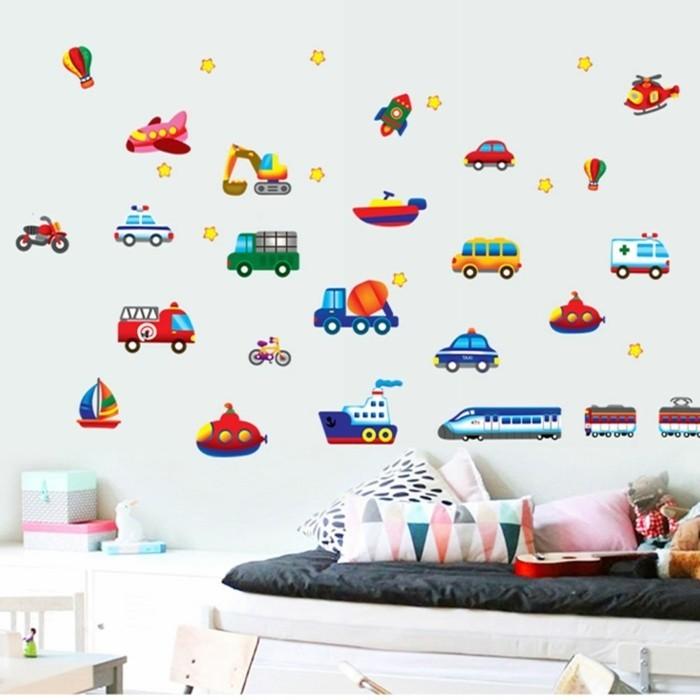 deco-chambre-garcon-avec-des-stickers-muraux-représentant-de-différents-moyens-de-transport